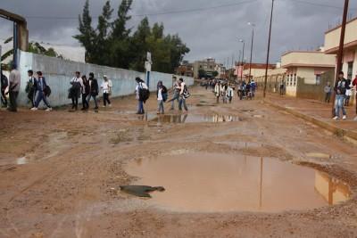 أباء وأمهات الطبري الإعدادية يطالبون بإصلاح الطريق المقابلة للمؤسسة