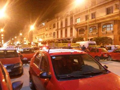 وفقة احتجاجية لسائقي سيارات الأجرة أمام مفوضية الشرطة