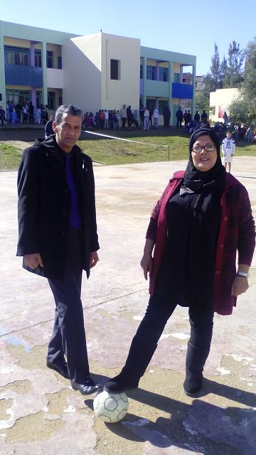 الأستاذة ربيعة السعدوني و الأستاذ حسن الفلوس يعطيان إنطلاقة المباراة النهائية