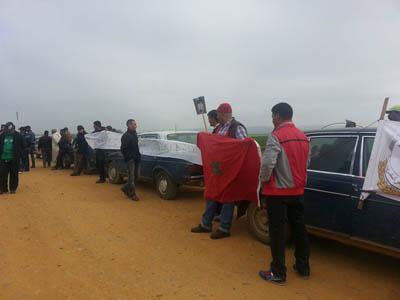 سائقو سيارات الأجرة يحتجون بالطريق الرابطة القصر الكبير و سيدي اليماني