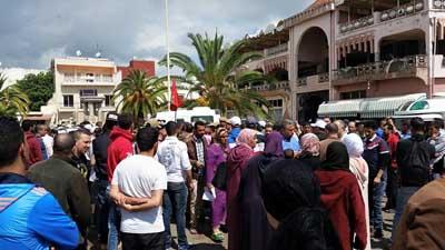 الحملة ضد احتلال الملك العام تخرج الباعة الجائلين للاحتجاج و اعتقال أحدهم حاول إحراق شهادته الجامعية