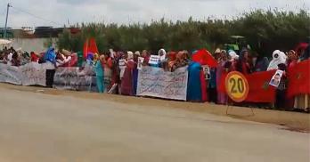 سكان دوار البناندة يحتجون أمام المحكمة الابتدائية بالقصر الكبير