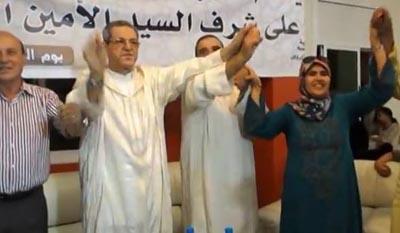الأمين العام للحركة الشعبية يقع في فخ السيمو: أيها القصريون أخبروا أميننا العام من معه في الصورة.