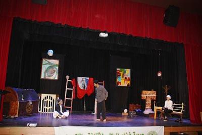 فرقة بريس كالدوس تبدع في تقديم مسرحية وهم المثقف للفنان اكرم الغرباوي