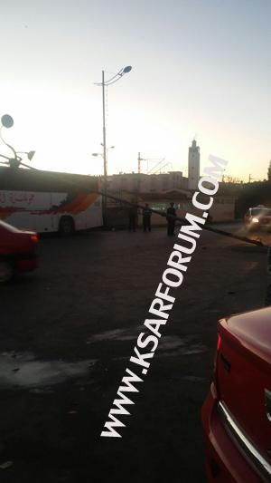 سائق شاحنة يسقط عمودا للكهرباء وسط المدينة و يلوذ بالفرار