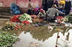 """سوق """"لَلّا رقية"""" .. فضاء حيويّ تغرقه النفايات بالقصر الكبير"""