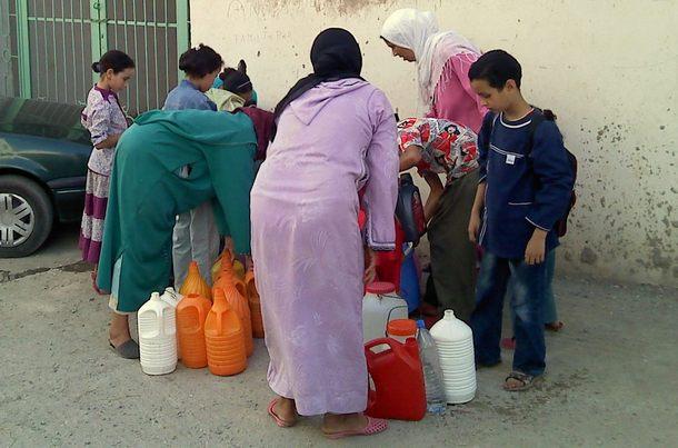 نساء-في-رحلة-جلب-الماء-الصالح-للشرب