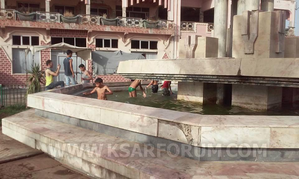 علامات استفهام حول عدم فتح المسبح البلدي و الأطفال يستعيضون عنه بالنافورات