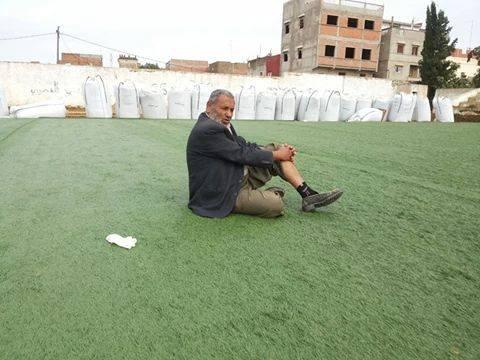 """محمد زعايط .. """" جنرال """" يحرس الملعب البلدي !"""