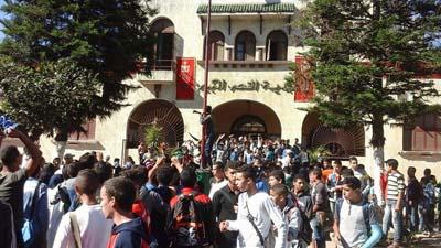 مئات التلاميذ يحاولون اقتحام بلدية القصر الكبير للمطالبة بحمايتهم