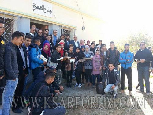 تلاميذ واطر ثانوية وادي المخازن في زيارة لدار العجزة بالقصر الكبير