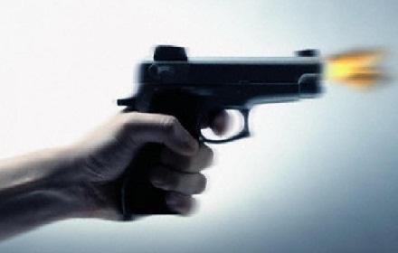 ولا واحد من رجال الأمن أشهر مسدسه بعد