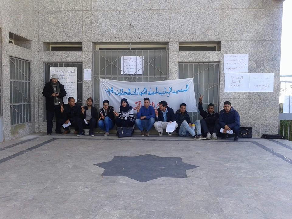 معطلو القصر الكبير يشرعون في تنفيذ سلسلة من الاعتصامات و الاحتجاجات