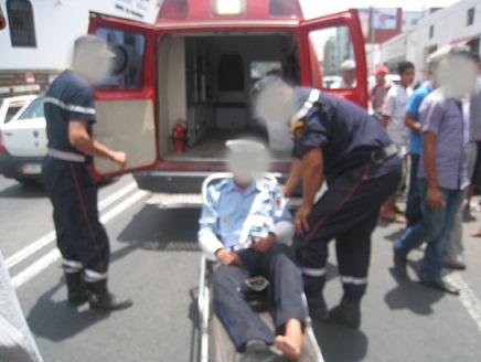 إصابة شرطي صدمته سيارة أجرة بكسور